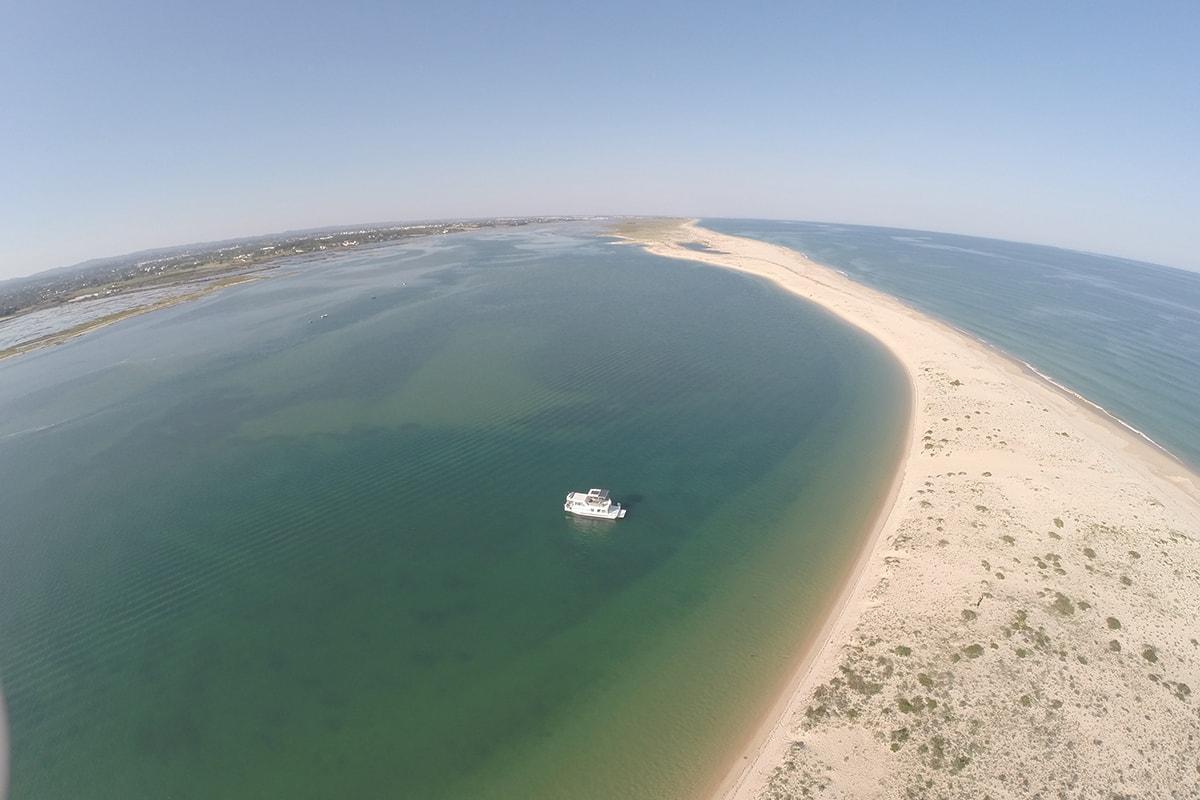 """Barco Casa no coração da Ria Formosa promete experiência """"inesquecível"""" por: Postal"""