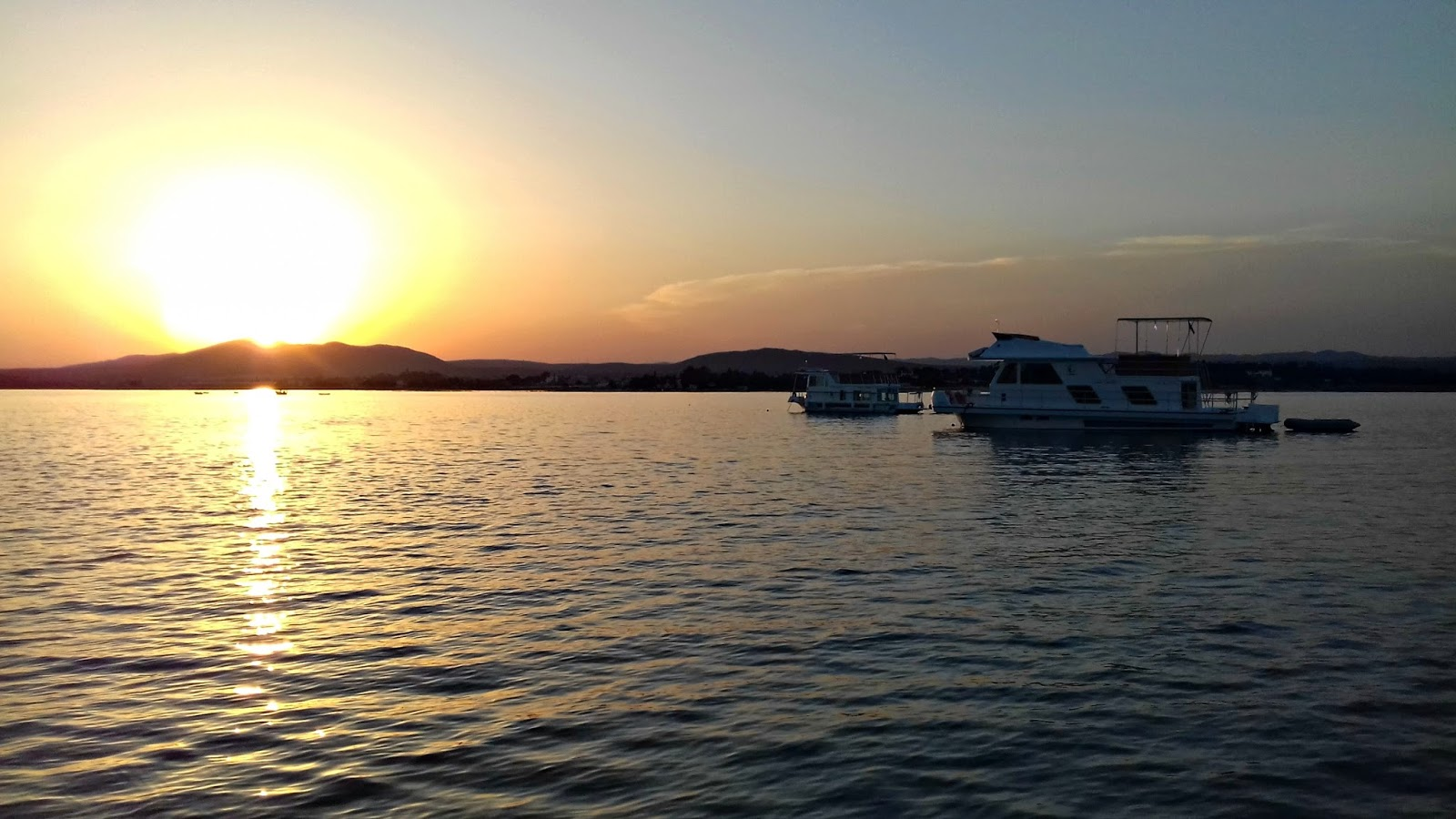 Dormir com os peixes num barco-casa por: blog turismo do Algarve
